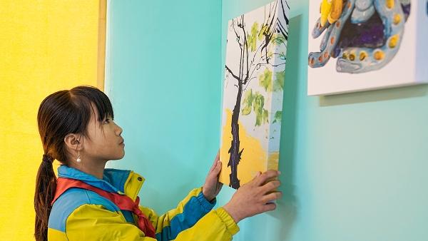 6-山区小朋友利用城市儿童创作的环保画作装饰图书馆.jpg