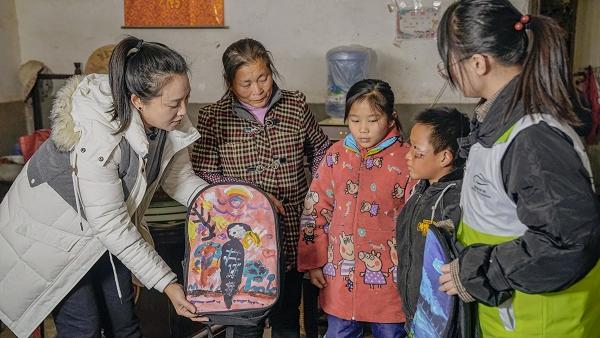 8-心愿见证官丹丹通过家访带领广大网友了解山区孩子的生活情况并送上装满课外书的书包.jpg